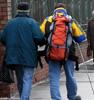 A gyerek segít a vak embernek átmenni az úttesten