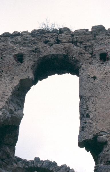 A földvári plébániatemplom - késő-gótikus ablaknyílás a várban