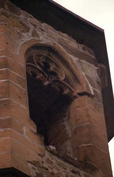 A kisnánai vár - a templomtorony mérműves ablaka