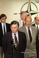 Antall József és M. Wörner rögtönzött sajtókonferenciát tartanak