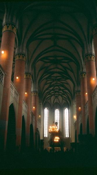 A besztercei plébániatemplom - a templomhajó képe a boltozattal
