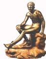 Hermészt, az utazók, a kereskedők és a pásztorok védelmezője, lábán szárnyas saruval, amely a gyorsaságot jelképezte