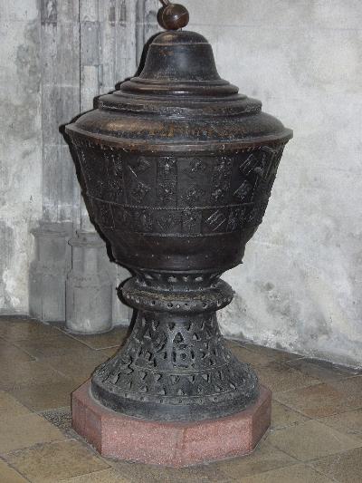 A kassai Szt. Erzsébet plébániatemplom - bronz keresztelő medence