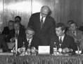 A KGST XXIX. ülésszakán Lázár György, a magyar delegáció vezetője aláírja az ülésszak jegyzőkönyvét