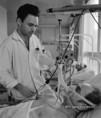 Dr. Somody László orvos figyeli a beteg állapotát a pécsi klinikán