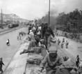 Batyuzók utaznak egy vasúti kocsi tetején