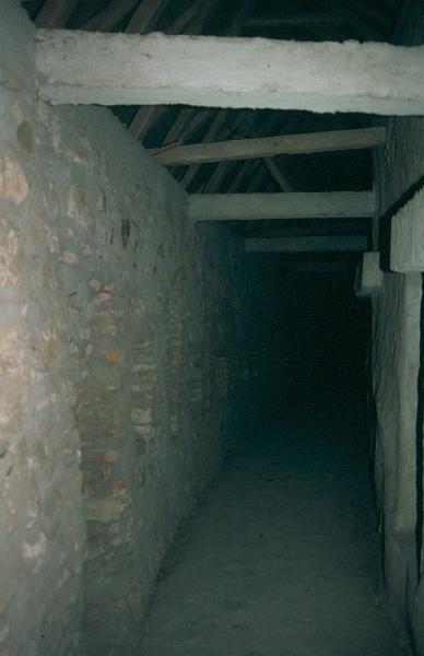 A prázsmári templomvár védő folyosója