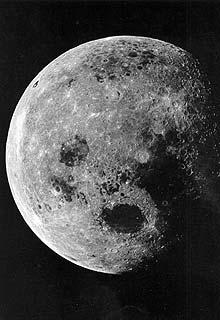 A Hold másodlagos fényforrás, mert a Nap fényét veri vissza