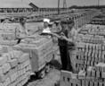 A Battonyai Téglagyár dolgozói kávészünetet tartanak