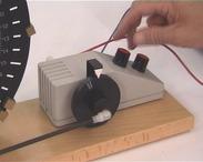 Rezonancia. A villanymotorral gerjesztett rezgés amplitudója akkor lesz nagy, amikor a gerjesztés éppen a rendszer saját frekvenciáján történik.