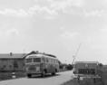 Hazatérőket szállító autóbusz érkezik Jugoszláviából