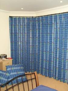 Élénk színű függönnyel díszített szoba