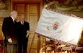 Nemeskürty István átadta Göncz Árpádnak a Magyar Millennium zászlaját