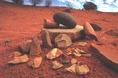 Ausztrália középső részére jellemző kőeszközkészlet: őrlőkövek, éles szilánkok, magkövek, használt vajóbalták, dárdahegy