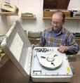 Különleges fémdobozba helyezett hangrögzítő az orsós magnók múzeumában Terényben