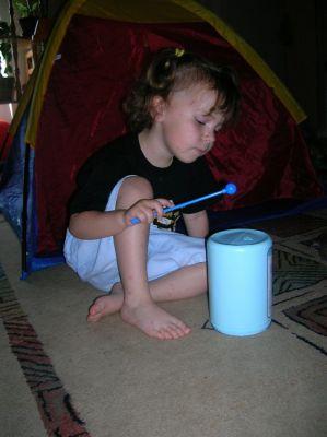 Hangszerekkel játszó kisgyerek
