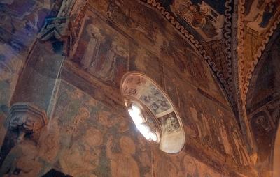 Az almakeréki plébániatemplom - a templom belső falának és egy kerek mérműves ablak késő-gótikus kifestésének részlete