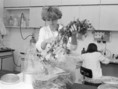Csernobili katasztrófa után a paksi Környezetellenőrző Laboratórium laboránsa zöldtakarmányt vizsgál