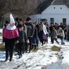 A gyerekek összegyűlnek az iskolánál