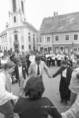 Az Európai Kulturális Fórum vendégei Szentendre főterén a Vujicsics együttes zenéjét hallgatják