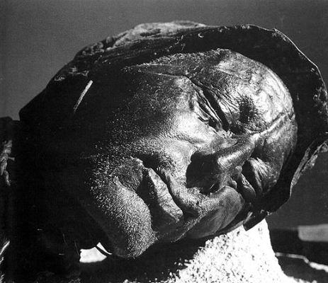 Talán emberáldozatra utaló múmia, nyakán kötéllel az őskori Európából