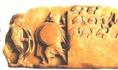 A Kr.e. 4. századi csatajelenetben hopliták (nehézfegyverzetű gyalogosok) láthatók, egy fallal körülvett lükiai város kapujánál