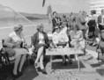 R. Kirschlager felesége és Losonczi Pálné beszélgetnek