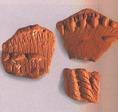 Bekarcolt és rátétes díszítésű őskori kerámia a Koil-szigetről, felszíni gyűjtésből