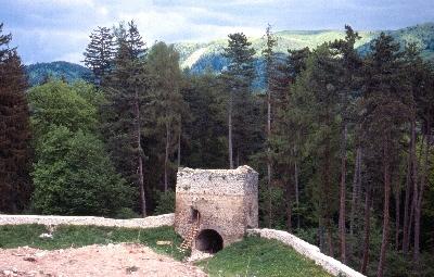 A barcarozsnyói vár - várfal négyzetes saroktornya