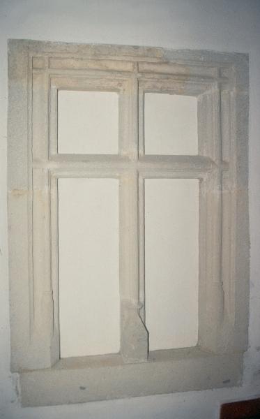 A szegedi ferences kolostor - gótikus ablakkeret a kolostorból