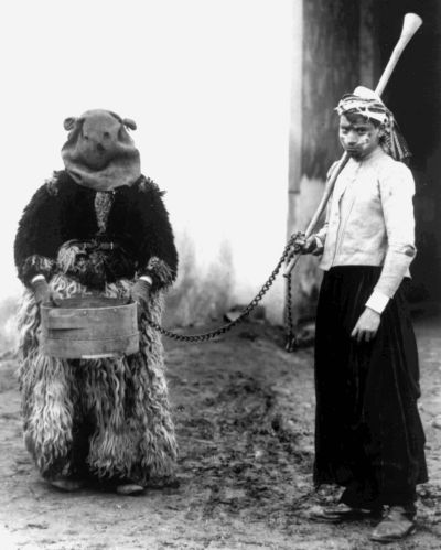 Medvemaszkos játékos a vezetővel