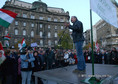 Az Éjjeli menedék+1 című műsor ismételt jelentkezéséért tüntet Bencsik András, a Demokrata című hetilap főszerkesztője