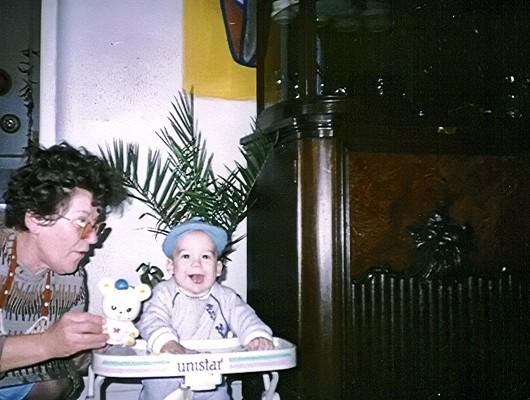 Öröm a csecsemő arcán
