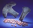 Mexikói kőkapa és kakaóbab. Mindkettőt pénzként is használták a Kolumbusz előtti időkben